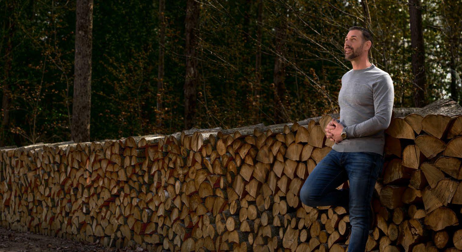 Marc Saulnier devant des cordes de bois | Elior